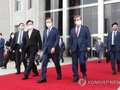 韩国总统文在寅被扔鞋 涉事男子当场被捕